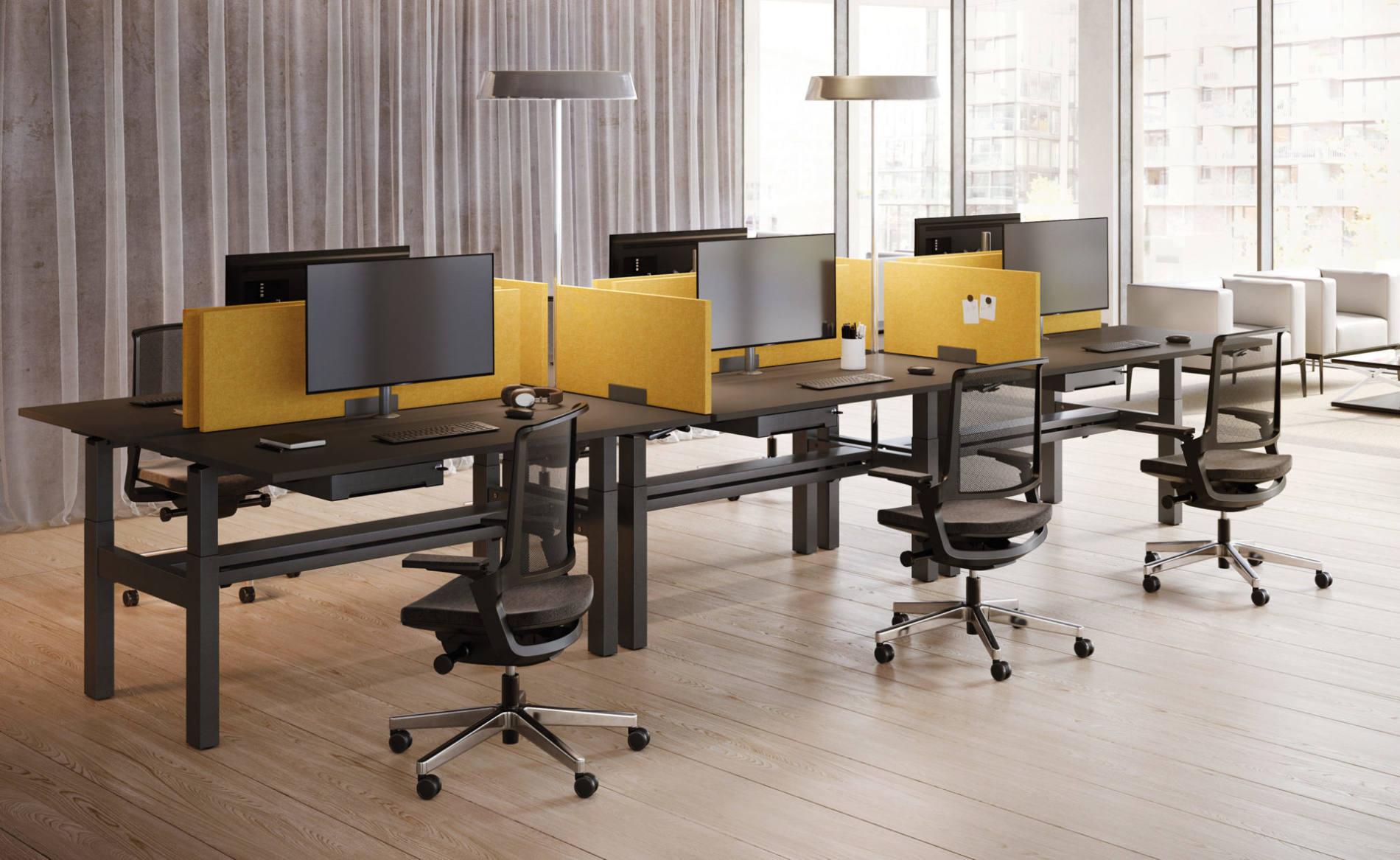 Schreibtisch CREW als Workbench mit Akustik-Trennwand (Palmberg) und Stehleuchte KOI (Belux)