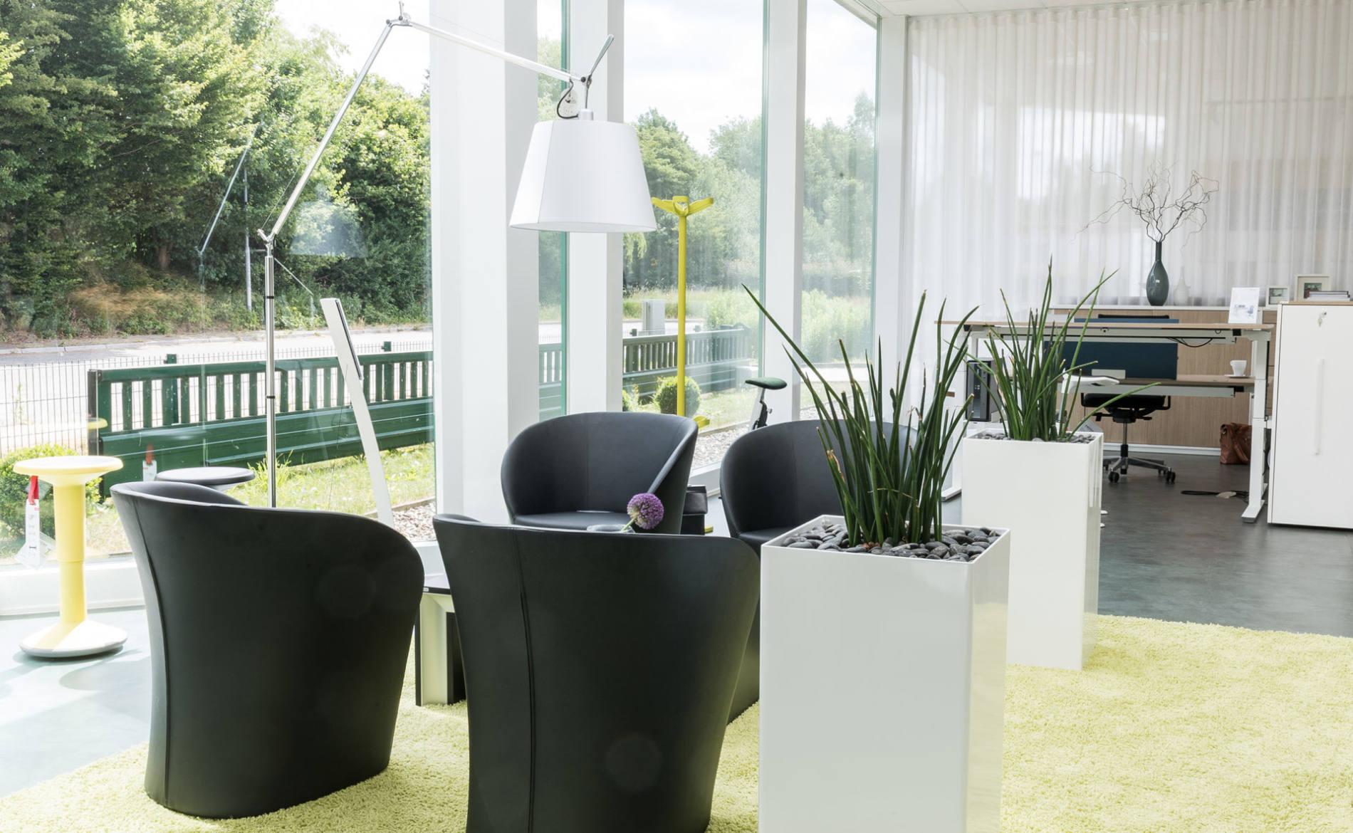 Sitzecke mit Ledersessel, Tisch und Stehleuchte