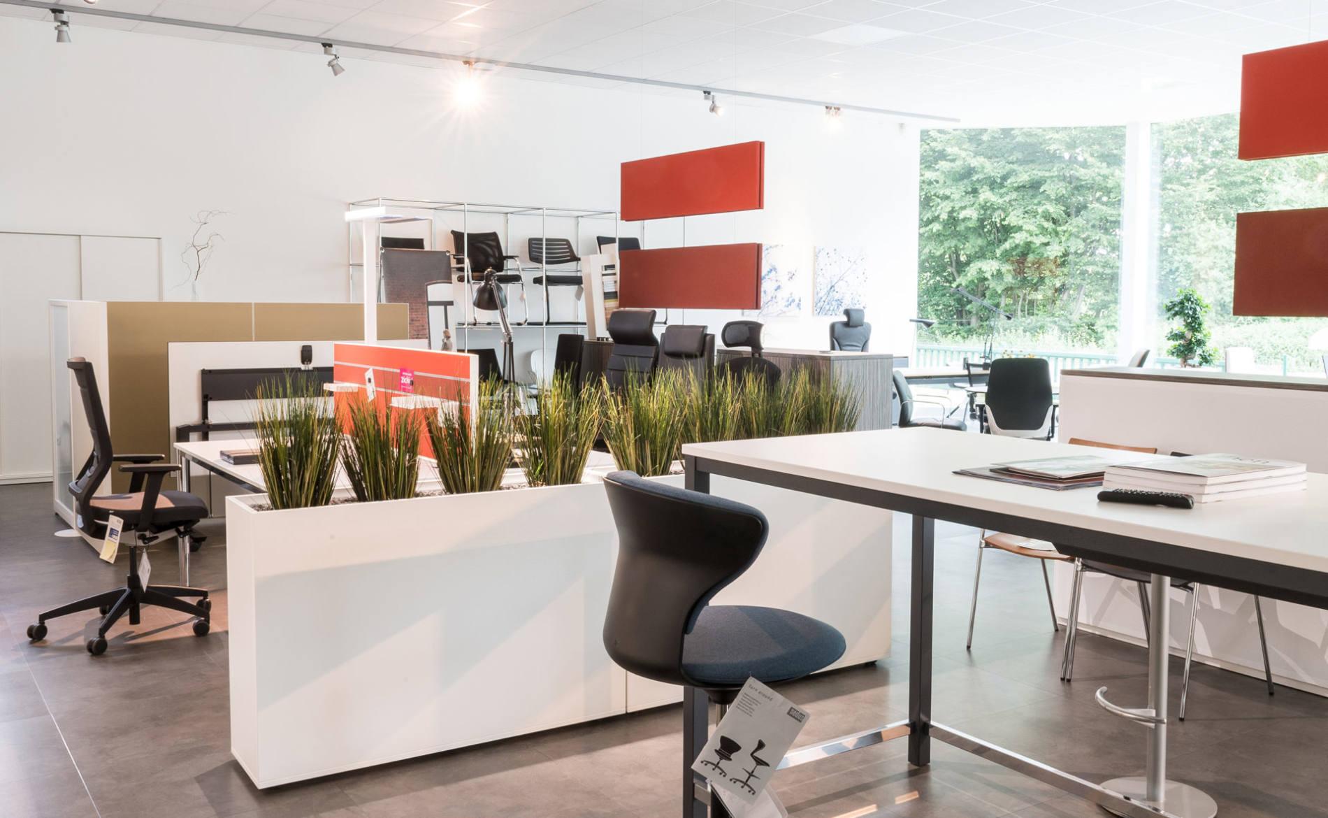 Stehtisch für Besprechungen und Pflanzkasten als Sichtschutz und Raumteiler (Palmberg)