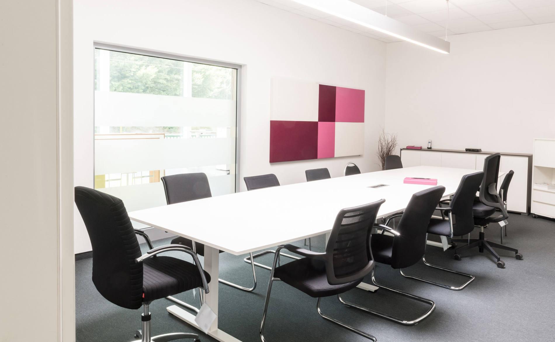 Konferenztisch mit verschiedenen Besprechungsstühlen